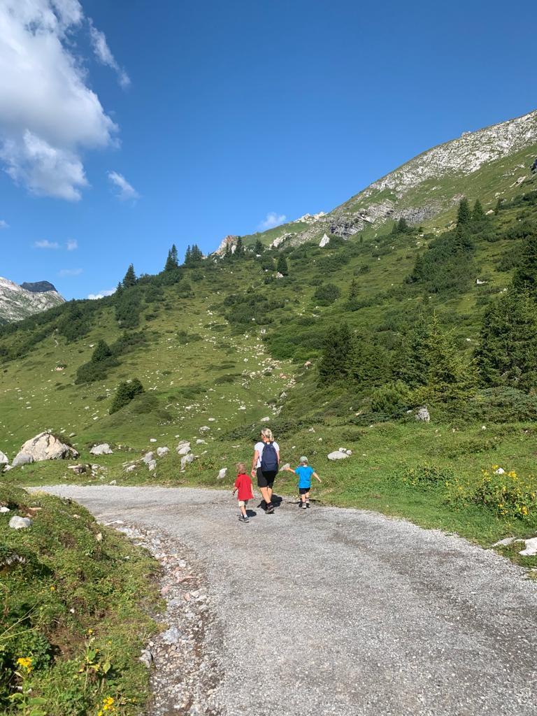 Mit meinen Enkeln in den Bergen von Lech